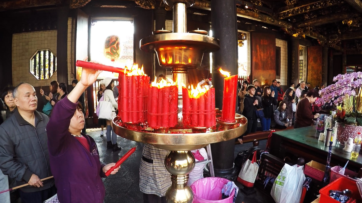 longshan temple pray candles
